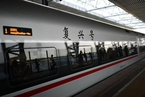 智能京張高鐵搶先看:車內燈光五彩斑斕