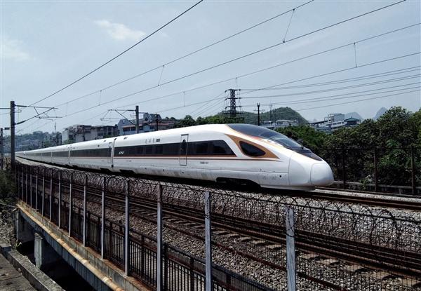 京張高鐵開通 首次采用北斗導航實現有人值守無人駕駛