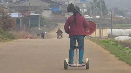 农妇骑小米平衡车下地干活 网友却吵翻了!